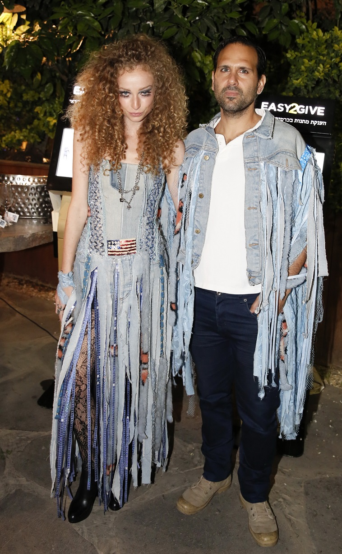 יוליה פלוטקין ובעלה גזרו ג'ינס. או שניים