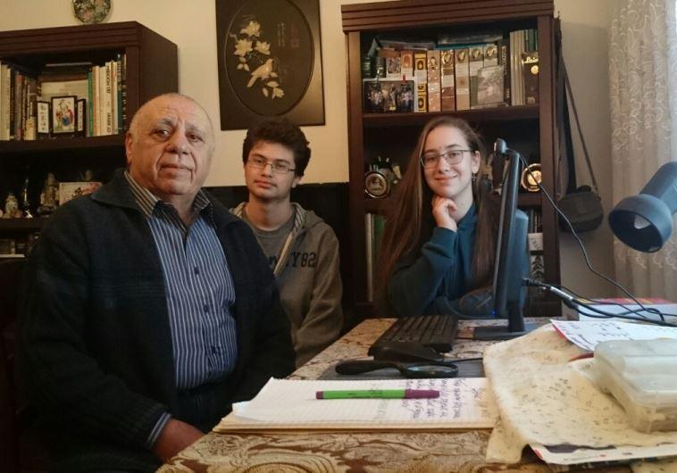 בוריס בלינצ'בסקי עם אילנה ואיציק, תלמידי אורט