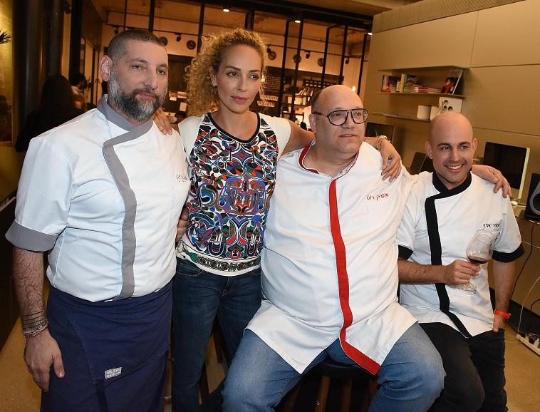 חברים, הגעתי. אפשר להתחיל לבשל. מירי בוהדנה עם אסף גרניט, מושיק רוט ומאיר אדוני (צילום: אביב חופי)