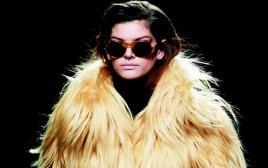 דוגמנית עוטה פרווה בשבוע האופנה במדריד