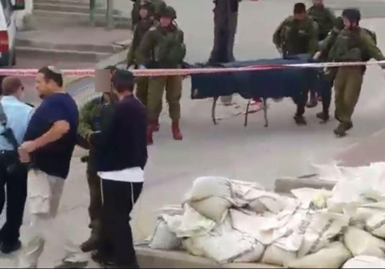 החייל החשוד בהריגה לוחץ יד עם ברוך מרזך לאחר התקרית. צילום מסך מתוך סרטון בצלם