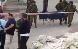 החייל היורה מחברון לוחץ יד עם ברוך מרזל
