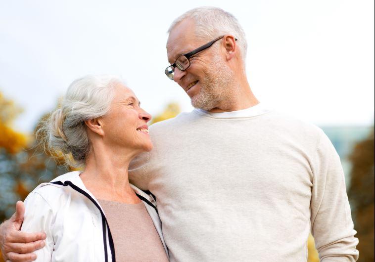 Romantische Gesten haben kein Alter oder Ablaufdatum.  (Abbildungsfoto: Ingeimag)