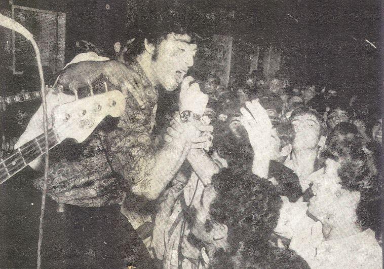דני שושן קופץ עם הקהל בהופעה עם האריות, 1965
