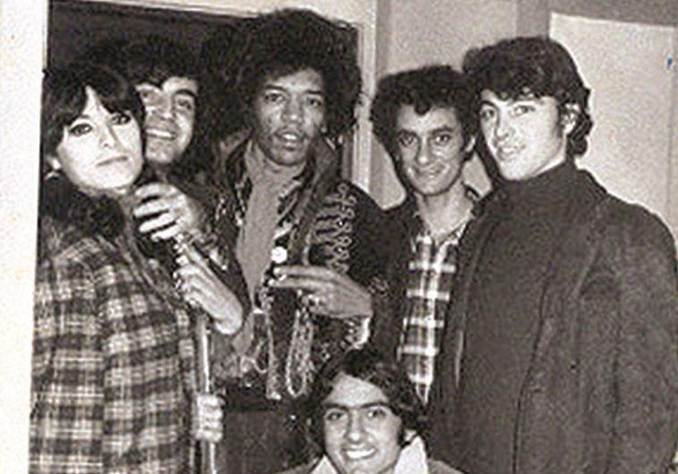 """דני, ראשון מימין, בהופעת חימום לג'ימי הנדריקס עם """"הנסיכים"""". צילום: פרטי"""