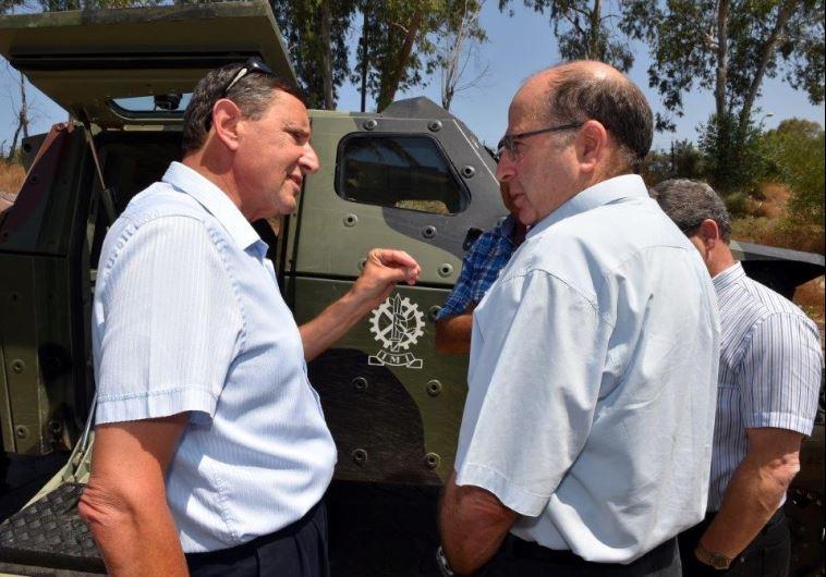 """מנכ""""ל משרד הביטחון אודי אדם, עם שר הביטחון לשעבר משה יעלון. צילום: אריאל חרמוני"""