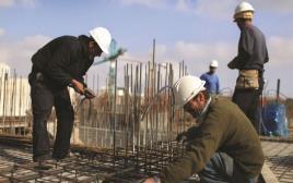 פועלים פלסטינים באתר בנייה