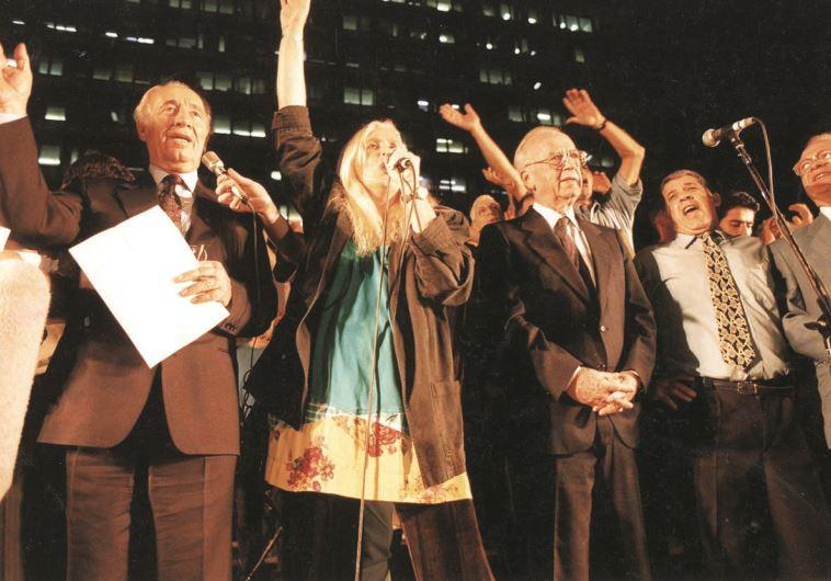 """""""מאוד העריך ואהב אותי"""". לצד רבין בעצרת השלום ב-4 בנובמבר 1995. צילום: נעם וינד"""