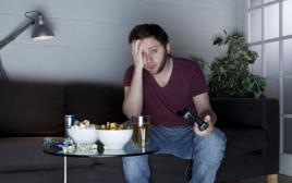 גבר משחק במשחק וידאו