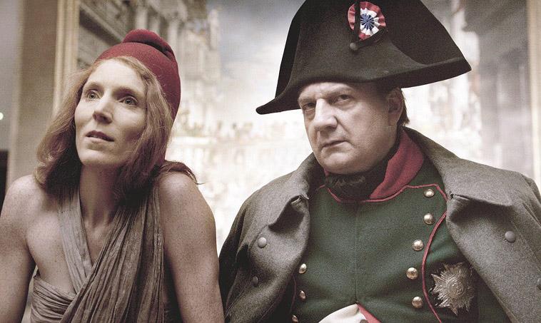 """נפוליאון ומריאן מתרוצצים ברחבי הלובר. צילום: יח""""צ"""