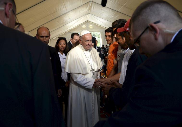 פרנציסקוס נפגש עם הפליטים בלסבוס
