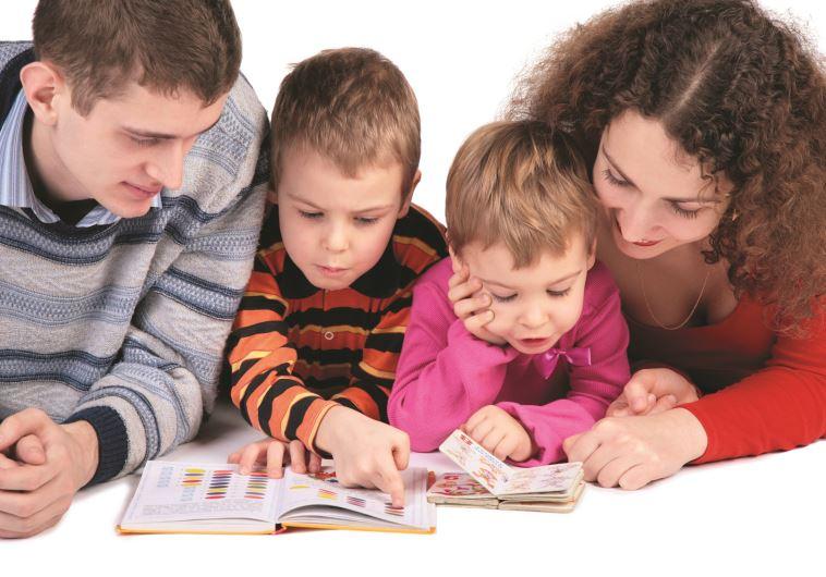 הורים וילדים קוראים ספרים. צילום: אינגאימג'