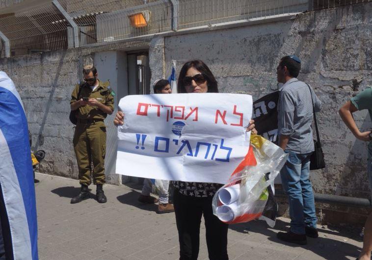 הפגנה בעד החייל היורה מחוץ לבית המשפט ביפו. צילום: אבשלום ששוני
