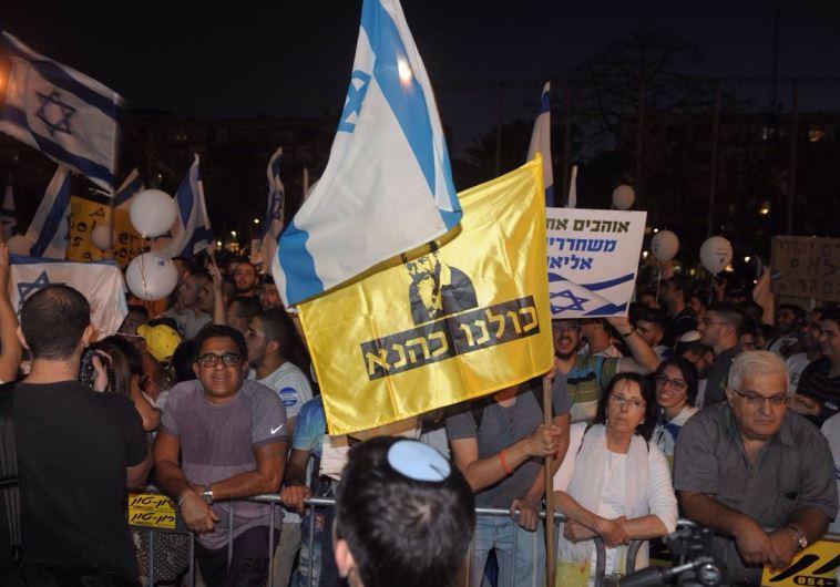 שלט עם דמותו של כהנא במהלך ההפגנה. צילום:אבשלום ששוני