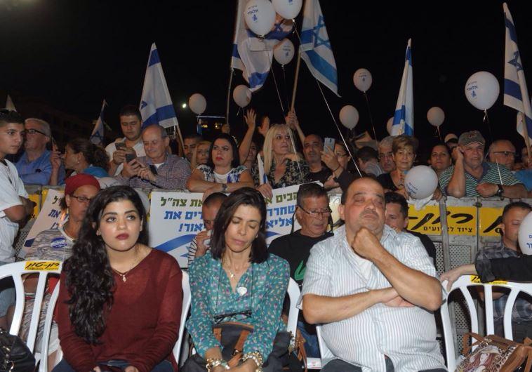 הוריו של החייל אוראל אזריה בעצרת. צילום: אבשלום ששוני
