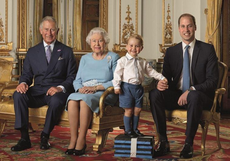 ארבעה דורות של המלכה והמלכים העתידיים הצטלמו לבולי דואר מיוחדים לכבוד יום הולדתה ה-90 של אליזבת' השנייה. מקור: מעריב אונליין