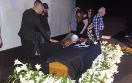 הוריה של רונית אלקבץ לצד ארונה בטקס האשכבה בסינמטק