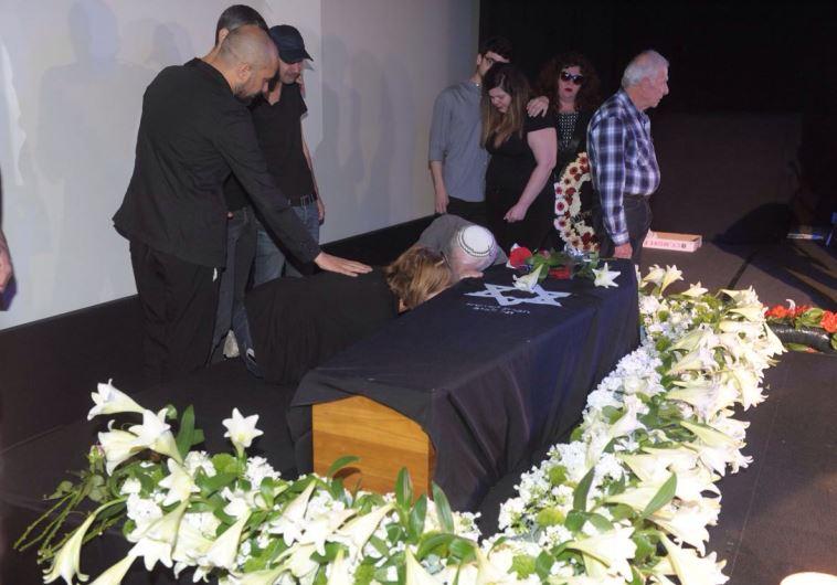 הוריה של רונית אלקבץ לצד ארונה בטקס האשכבה בסינמטק. צילום: אבשלום ששוני