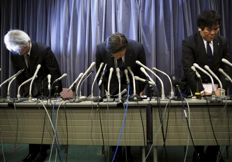 מנהלי יצרנית הרכב מיצובישי מתנצלים במסיבת עיתונאים