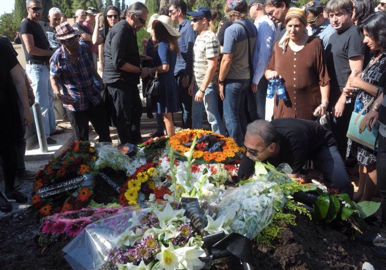 זרים על קברה של רונית אלקבץ. צילום: אבשלום ששוני