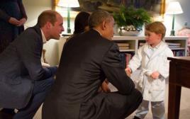 הנסיך ג'ורג' פוגש את בני הזוג אובמה