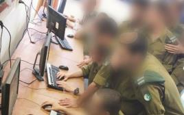 חיילי חיל המודיעין אוספים מודיעין