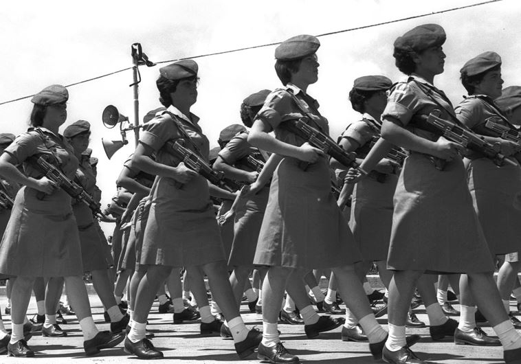 """קל ונוח. חיילות עם עוזי במצעד יום העצמאות, 1963. צילום: משה פרידן, לע""""מ"""