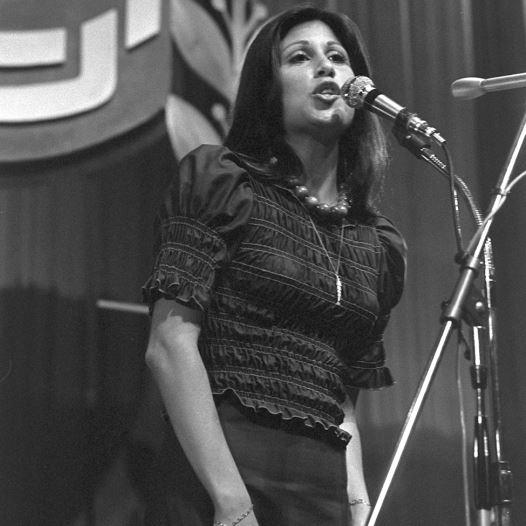 עדנה לב בהופעה בשנת 1973 (צילום: חנניה הרמן)