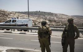 """חיילים במחסום """"בל"""""""