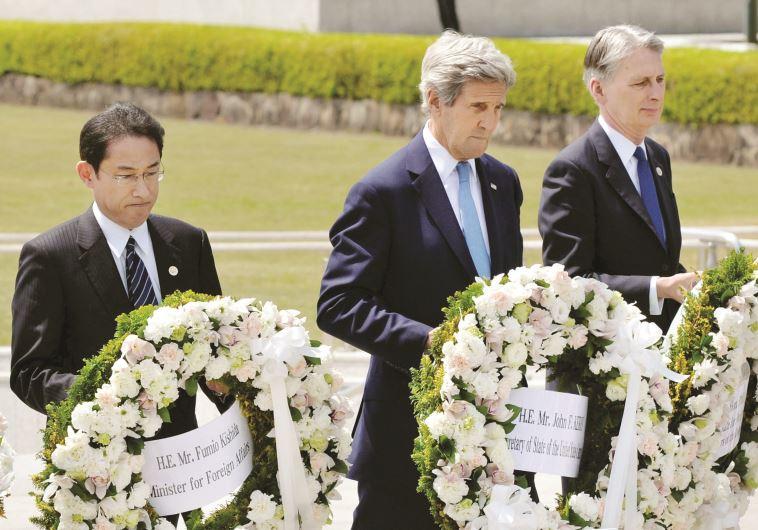 האם אובמה ילך בעקבותיו? קרי בהירושימה, בחודש שעבר. צילום: רויטרס