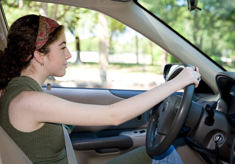 צעירה נוהגת
