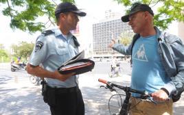 רוכב אופניים מקבל קנס בתל אביב