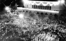 ההמונים חוגגים את יום העצמאות הראשון מול משכן הכנסת בתל אביב