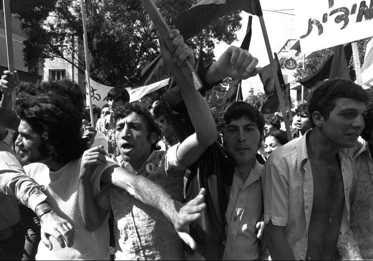 """צורת מאבק חדשה. הפנתרים השחורים בהפגנה ברחוב דיזינגוף, מאי 1973. צילום: משה מילנר, לע""""מ"""
