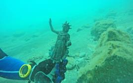 שבר נר ברונזה מעוטר בדמות האל סול