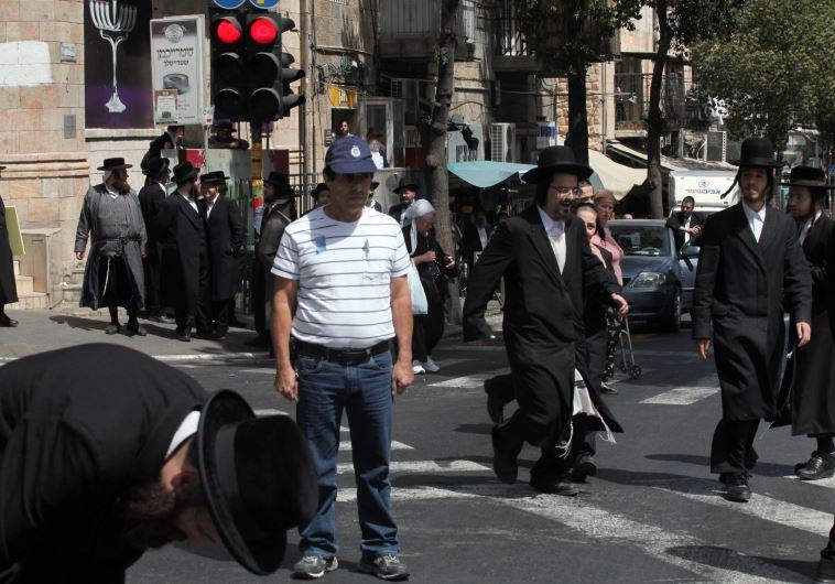 חרדים הולכים בזמן הצפירה ביום הזיכרון בירושלים