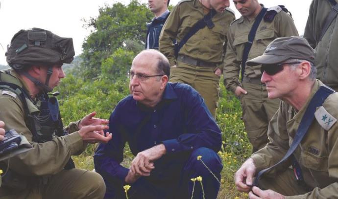 שר הביטחון משה יעלון והאלוף יאיר גולן (מימינו)
