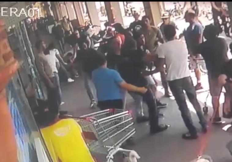 טטה בין שוטרים לאזרח שסרב להזדהות. צילום מסך