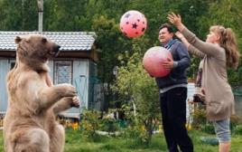בני הזוג פטלניקו עם הדוב סטפן