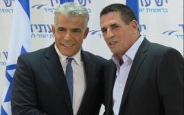 יואב סגלוביץ' ויאיר לפיד במסיבת עיתונאים