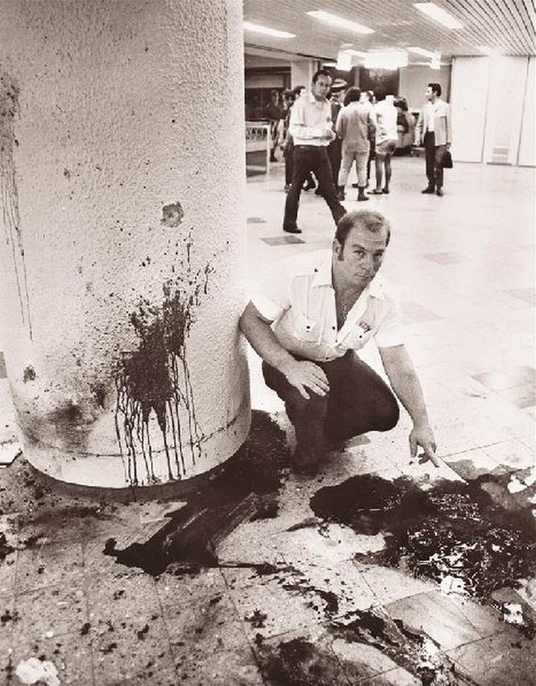 עדויות על הקירות. אולם מקבלי הפנים לאחר הטבח. צילום: AFP