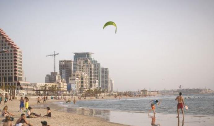 שרב בחוף הים בתל אביב