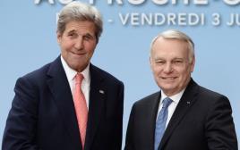 שר החוץ הצרפתי ז'אן- מרק איירו וג'ון קרי בוועידת פריז