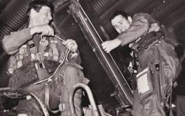 """הנווט דורון דוברת והטייס אבי ברבר אחרי שנחתו בתום הפעילות הראשונה שלהם במבצע """"ערצב 19"""""""