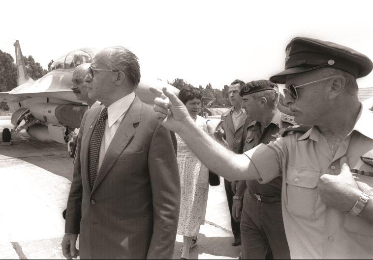"""מפקד חיל האוויר במלחמה, דוד עברי, עם רה""""מ בגין והרמטכ""""ל רפאל איתן. צילום: חנניה הרמן, לע""""מ"""