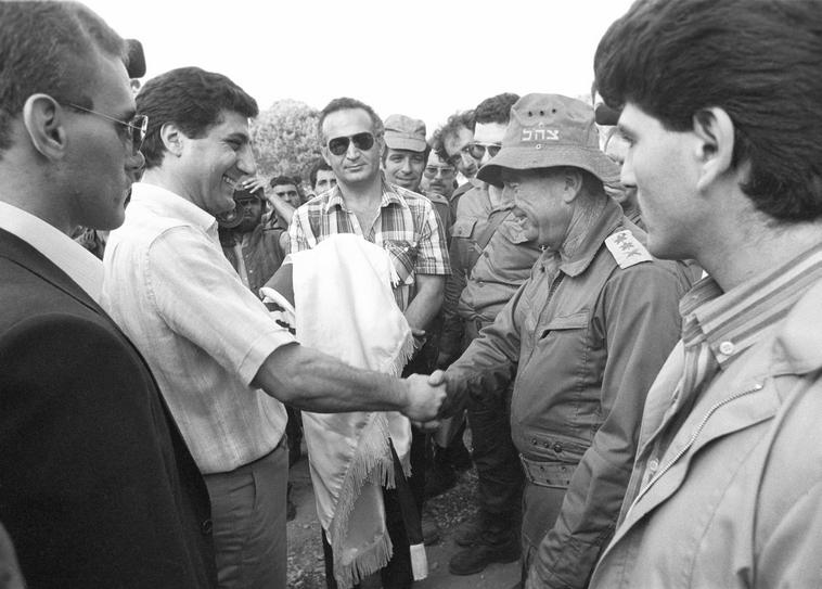 """רפאל איתן (רפול) ומנהיג המרונים, באשיר ג'ומייל, צילום: ארכיון צה""""ל"""