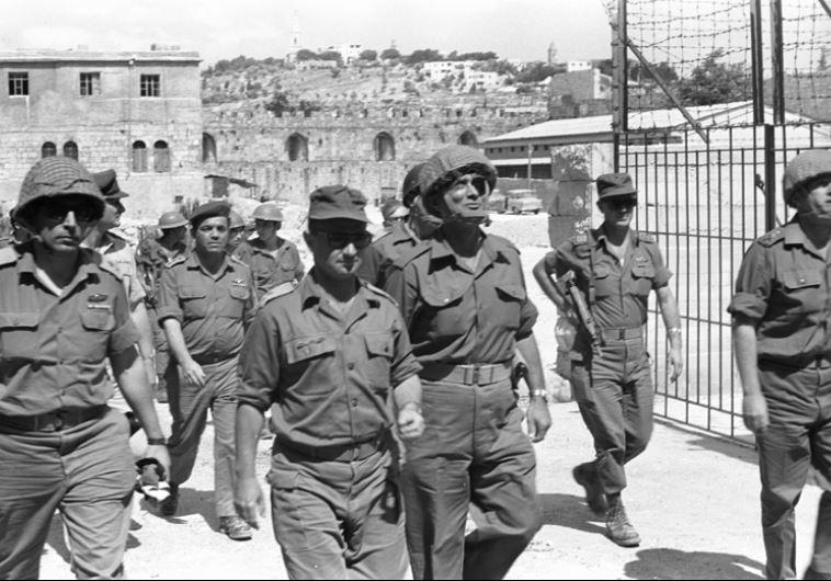 מלחמת ששת הימים, ירושלים יצחק רבין, משה דיין, עוזי נרקיס, אברהם טמיר ורחבעם זאבי מגיעים לעיר העתיקה