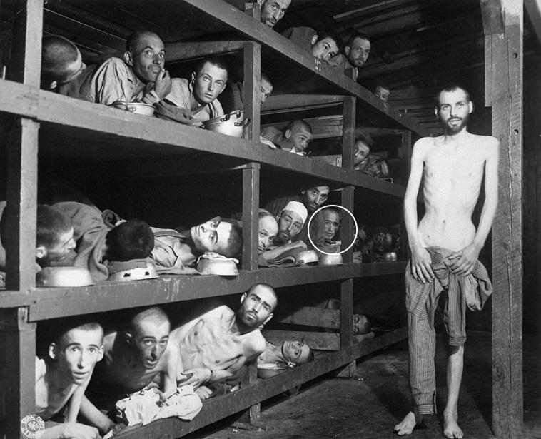 אלי ויזל (מוקף בעיגול) ביום שחרור מחנה בוכנוואלד, 16.4.45. צילום: ויקיפדיה
