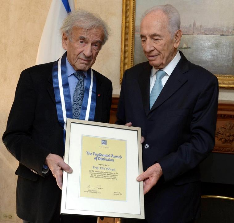 """אלי ויזל מקבל את העיטור הנשיאותי מידיו של שמעון פרס, 2013. צילום: מארק ניימן, לע""""מ"""