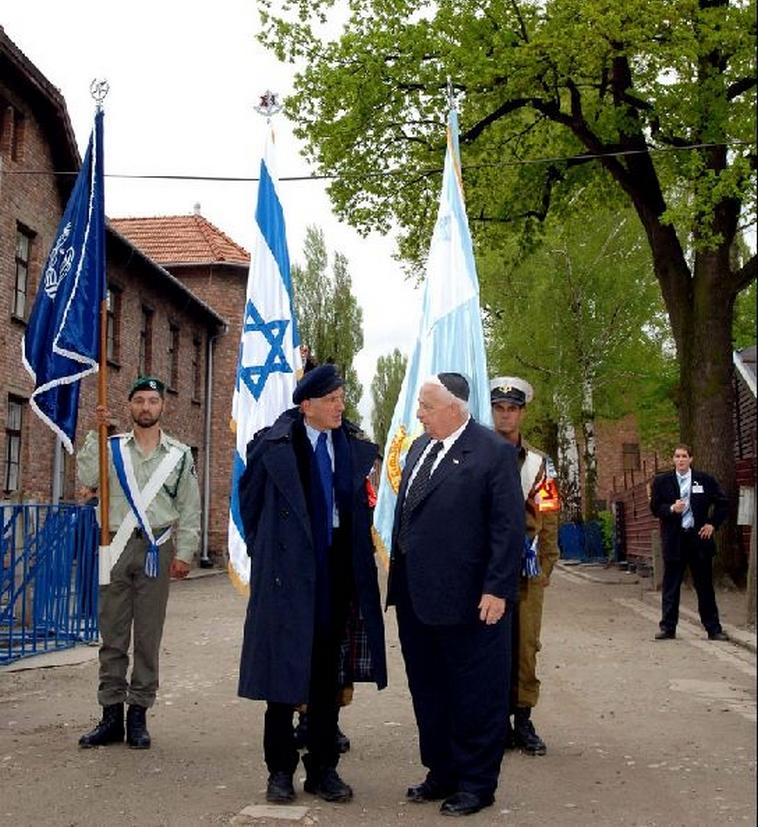 """אלי ויזל בביקור באושוויץ עם ראש הממשלה אריאל שרון ז""""ל, 2005. צילום: אבי אוחיון, לע""""מ"""
